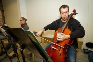 Erik Håkansson stämmer sin cello. Foto: Jens Hunt