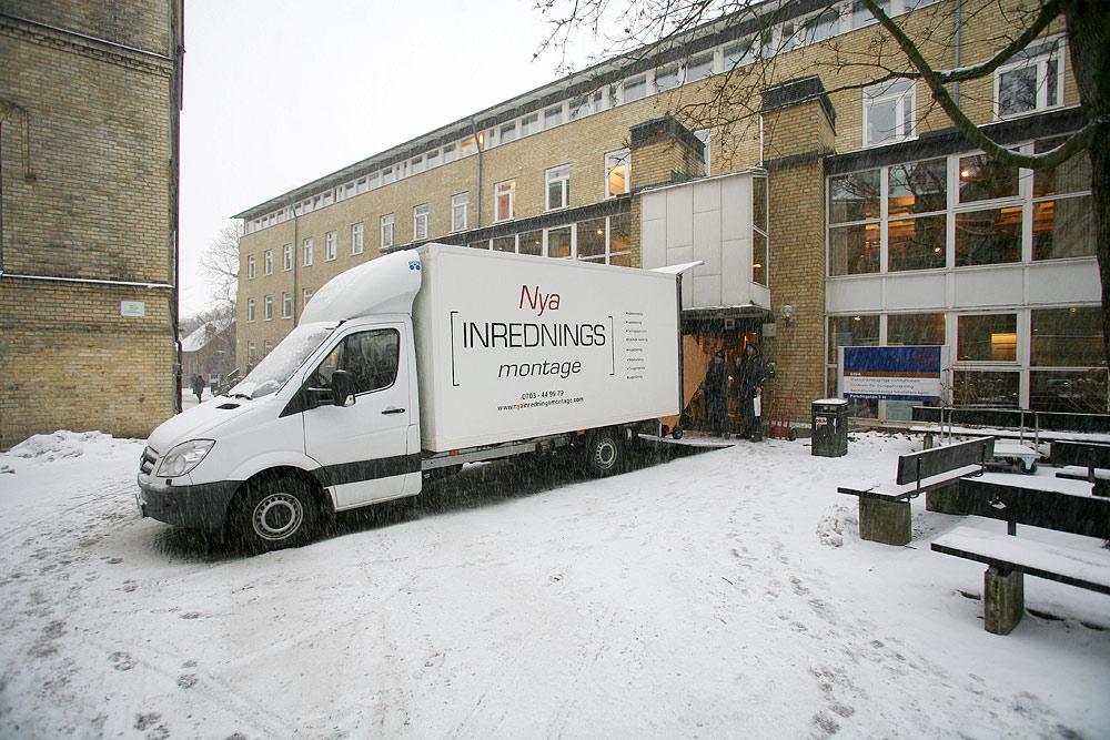 Flyttbilarna står parkerade utanför Edens entré.  Foto: Lukas Norrsell