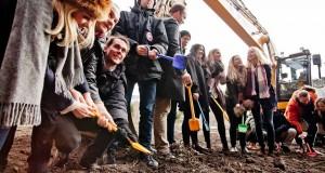 Tillsammans med studenter från Lunds nation tog arkitekt Mattias Hedberg Ek och prokurator ekonomi Fredrik Persson de första spadtagen till 124 nya lägenheter. Foto: Henrik Larsson