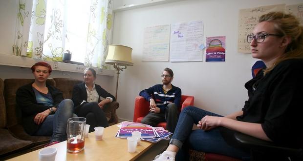 Malin Andersson, Linda Fröjdendahl, Gustav Ljungbertz och Jenny Geffen vill genom Love & Pride visa vilka teman de tycker saknas på socionomprogrammet. Foto: Lukas Norrsell