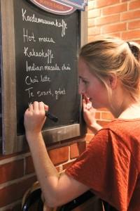 Mycket gott bjuds det på under en Fairtradefika. Här skriver NATU-förmannen Ruth Larsson upp vad som kan köpas.
