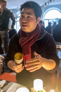 Qian Jiang hade skapat lampor av gamla glasflaskor. Foto: Thobias Bergström
