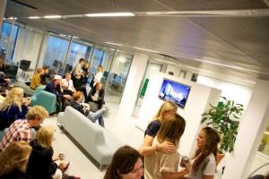 Valvakan ledde till flera politiska diskussioner på Eden. Foto: Jens Hansen.