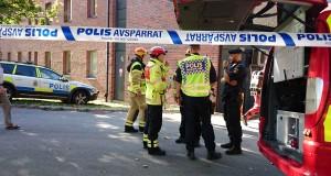 Vid 14:30-tiden gick rök- och kemdykare in i Fysicum. Foto: Jonas Jacobson.