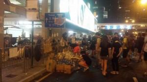 Privatpersoner skänker mat och vatten åt studenterna som protesterar. Foto: Privat.