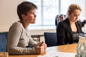Hanna Gunnarsson (till vänster), ledamot i kommunfullmäktige för Vänsterpartiet.  Foto: Thobias Bergström.