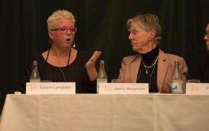 """Karin Svensson (till vänster) är representant för Sveriges Kvinnolobbys. Hon är ordförande i Riksorganisationen för kvinnojourer och tjejjourer (ROKS). Både ROKS och Sveriges Kvinnolobby ingår i nätverket """"Feministiskt nej till surrogatmödraskap"""". Foto: Daniel Kodipelli"""