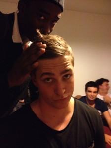 Sebastian får frisyren fixad av Midé.