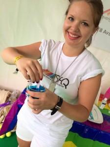 Amanda Storm Wikström, förbundsstyrelseledamot i SFQ, under förberedelserna i SFQtältet på Stockholm Pride 2014. Foto: Privat.