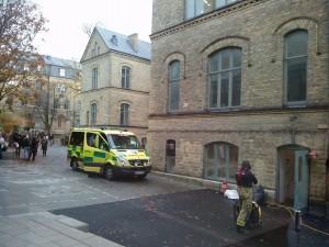 Brandlarmet gick och rök välde tidigare ut ur Psykologens källare. Foto: Jens Hansen.