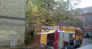 Brandkåren var snabbt på plats utanför Psykologen. Foto: Jens Hansen.