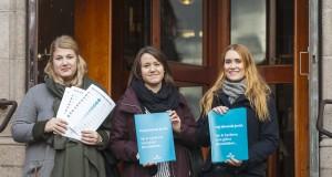 Studenterna Ellinor Jönsson, Sanna Nilsson och Julia Holmberg har alla läst arbetsrätt. Under måndagen stod de vid Juridicum och delade ut flyers om juristernas arbetsmarknad.  Foto: Carl-Johan Kullving