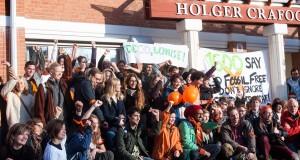 Drygt 150 personer hade samlats utanför universitetsstyrelsens möte för att lyfta frågan om fossilfria investeringar. Foto: Nike Eliasson.
