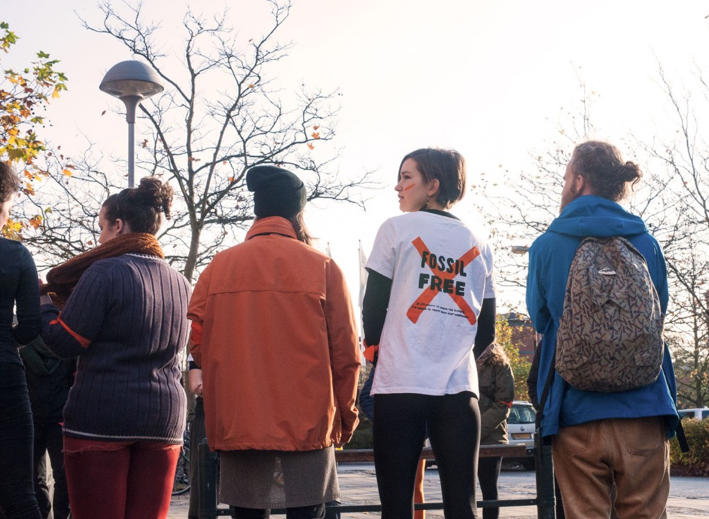 Med ansiktsmålningar och orangea band utmärkte sig studenterna som kommit till manifestationen. Foto: Nike Eliasson.