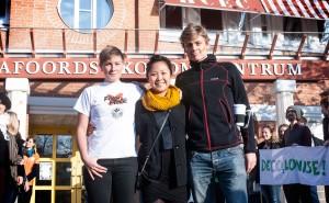 Karolin Westblom, Cherry Tsoi och Joip Karskens från Fossil Free Lund University utanför Ekonomicentrum, där universitetsstyrelsens möte pågår. Foto: Nike Eliasson.