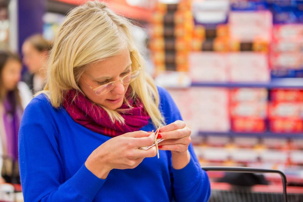 Ellen Palm inspekterar noggrant chokladkakan innehåller plast. Annars är det lösgodis som funkar om påsen inte har ett genomskinligt titt-fönster i plast.  Foto: Daniel Kindstrand