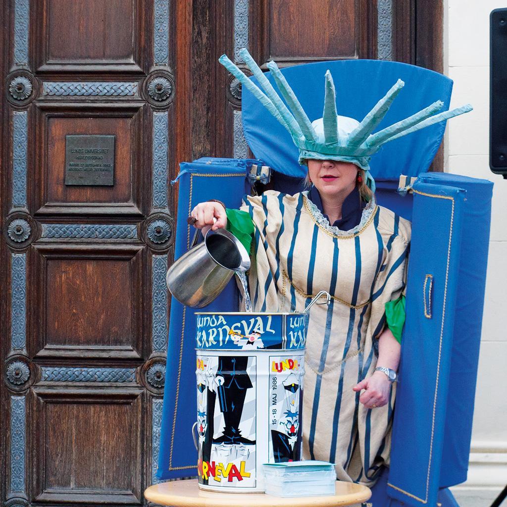 CARL-JOHAN KULLVING Komikern Sanna Persson räknar upp till karnevalen. – I sin utklädnad har hon svårt att se vad hon gör. På samma sätt har de karnevalisterna som tittar på svårt att ana vad som verkligen komma hända i maj.