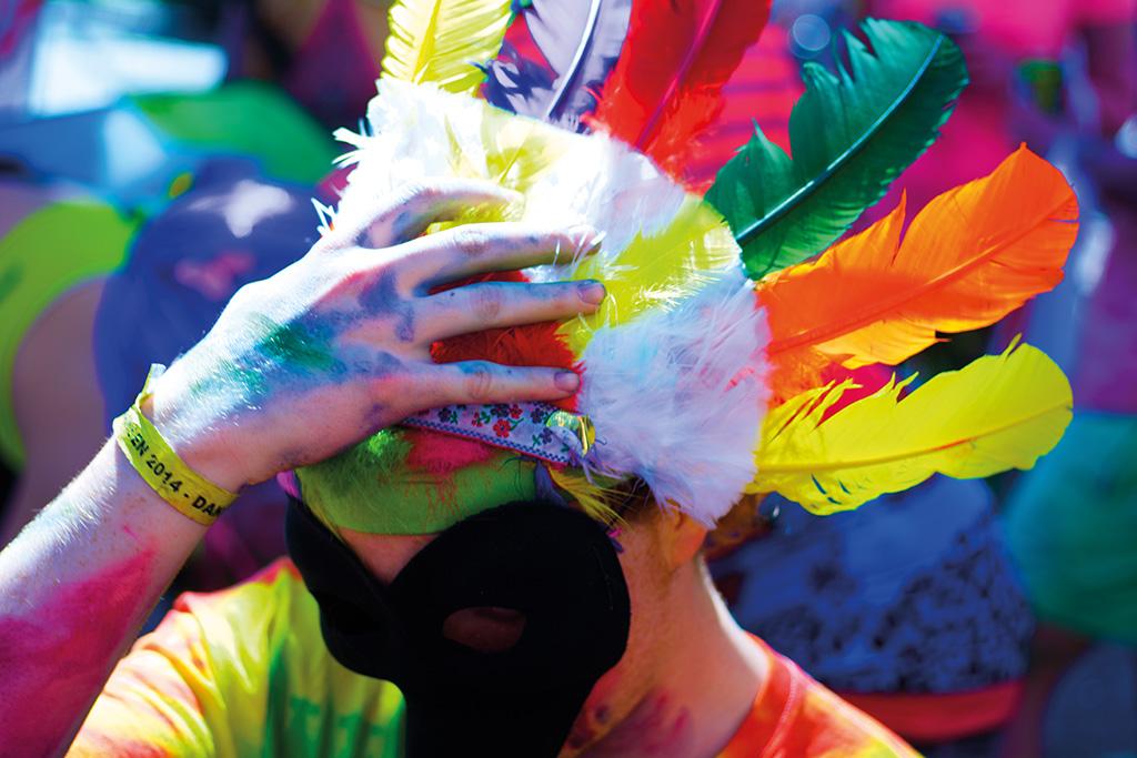 JENS HANSEN Färgglad karnevalist förbereder sig inför karnevalståget. – Av alla bilder jag tog under Lundakarnevalen fastnade jag för denna. Precis som karnevalen känns den färglad, vild och galen.