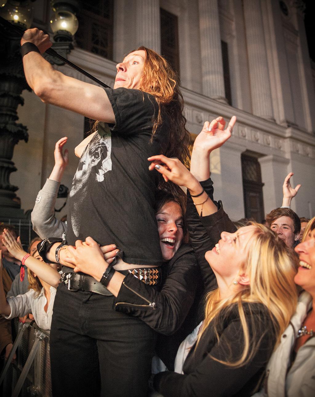 JENS HUNT Ögonblicksbild från E-typespelningen på Lundakarnevalen. –Den här bilden fångar en oväntad publikkontakt. Jag tycker om när publiken interagerar med artisten på en konsert, då fångar man känslan på ett helt annat sätt.
