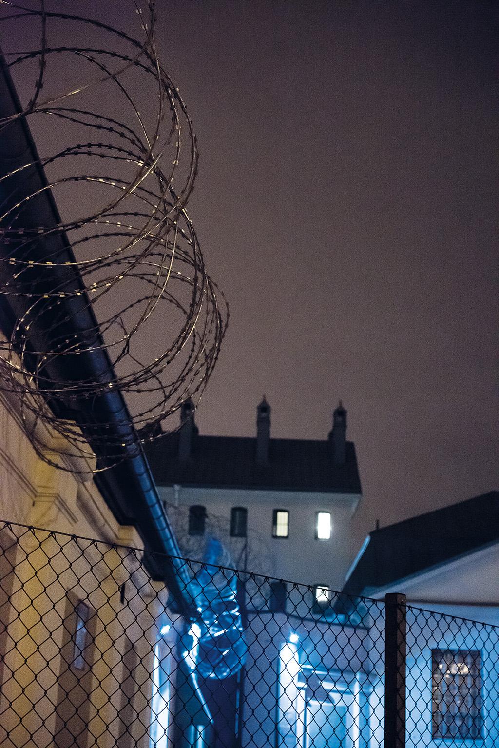 JONAS JACOBSON Kirsebergsanstalten i Malmö, där även livstidsdömda studerar. – Anstalten ligger mitt i staden och jag ville fokusera på barriären, att det är ett skilt samhälle inom samhället. De tända fönsterna bakom taggtråden får en att fråga sig vem som sitter där inne.