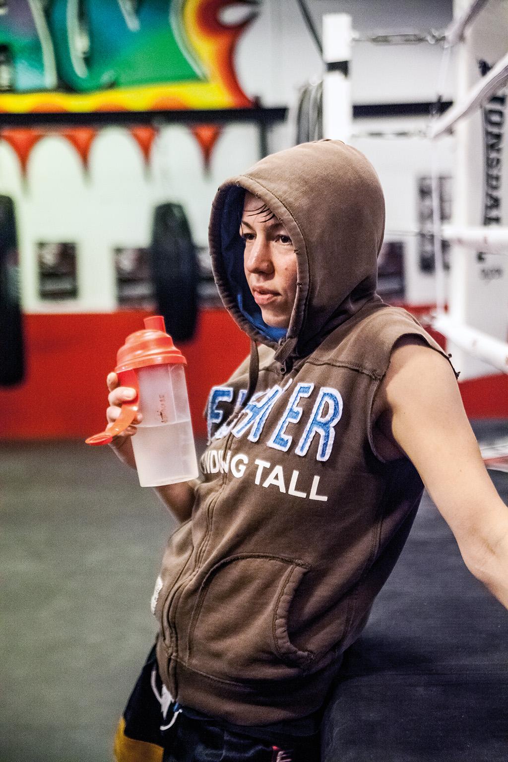 HENRIK LARSSON Elna Heimdal Nilsson - Forskare och EM-mästare i thaiboxning. – Det känns inte som att en fotograf är där, bilden känns tagen i ögonblicket. Den har en hårdhet, samtidigt som hon ser ut att vara insjunken i sina tankar över den senaste fighten.