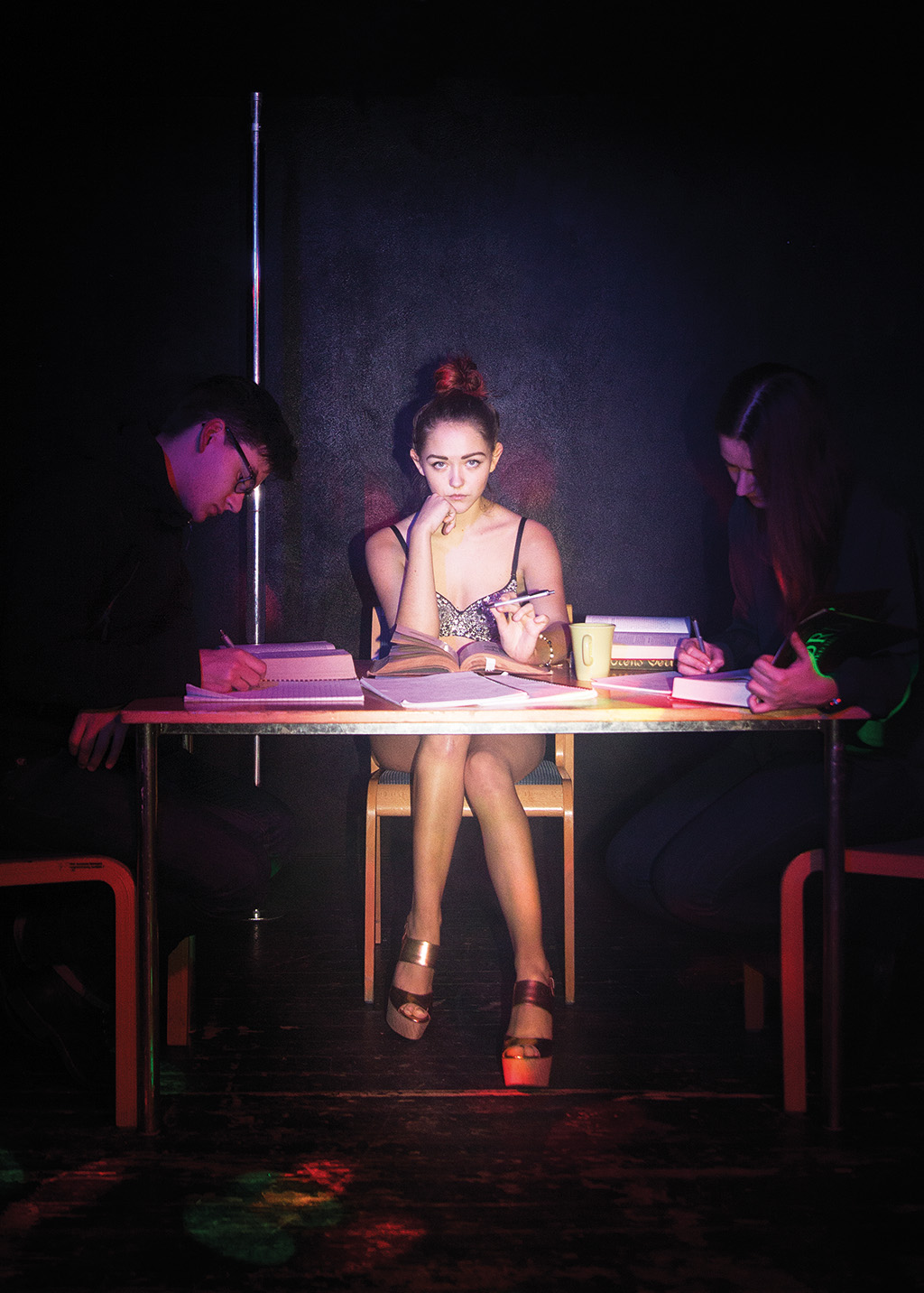 TIM JEDEUR-PALMGREN Historien om studenten Jessica som jobbar som strippa i Köpenhamn. – Bilden är stage'ad med en modell utan att temat blivit för övertydligt. Jag ville fånga historien från Jessicas synvinkel, även om vi tittar på 'henne' på bilden. Jag ville komma in i hennes värld utan att sexualisera.