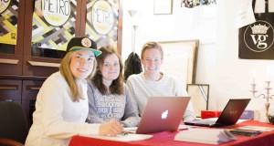 Jonna Restin, Emilie Edh och Hugo Backmyr välkomnar nya studenter på Västgöta nation.– Gå på magkänslan när du väljer nation, säger Jonna Restin. Foto: Jens Hansen.
