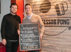 Fredrik Välme och Alfred Larsson är förmän på Västgöta nation. Den här terminen styr de upp klubben Professor Pong.  Foto: Lukas J. Herbers.