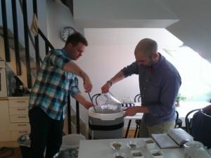 Patrik Karlsson och Victor Norell i arbete. Foto:Axel Hilleskog