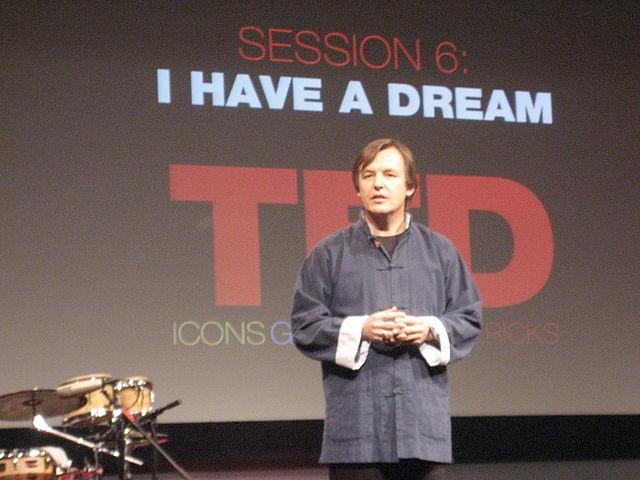 Efter en lång karriär inom journalistisk blev Chris Anderson kurator för TED år 2002. Han är den som har utvecklat plattformen till vad den är i dag. Foto: Pierre Omidyar