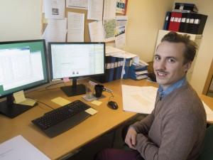 Fredrik Gertzell pluggade en magister i nationalekonomi. Idag jobbar han på byggföretaget Peab.