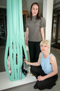 Den har innovativa gardinen har tagits fram av industridesignstudenterna Victoria Nilsson Peterzén och Felicia Nilsson.  Foto: Lukas J. Herbers
