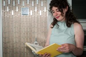 Industridesignstudenten Maria O'Brian har designat ett verktyg som ska underlätta läsningsprocessen. Foto: Lukas J. Herbers