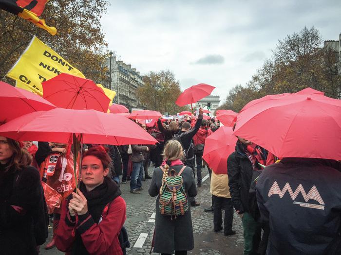 Red Lines action hette den demonstration som leddes av organisationen 350.org, där alla som deltog bar något rött. Foto: Tindra Englund