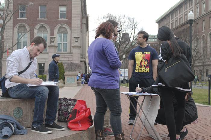 Några studenter som sympatiserar med demokraterna försöker motverka det låga valdeltagandet i USA. Foto: Virve Ivarsson