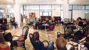 Ett 40-tal personer tog sig till café Athen under onsdagsmorgonen för att lyssna på debatten. Foto: Claudio Gandra