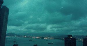 Tyfon varning, mörka moln