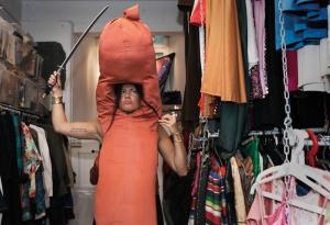 Linda testar en kostym inför kommande spexuppsättning. Foto: Fanny Beckman
