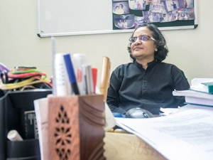 - Ärligt talar vill studenterna här mest ha ett bra jobb och massa pengar, säger V.S Elizabeth som är professor i historia vid National Law School of India och hyser så stort hopp till studenternas arbete för jämställdhet. Foto: Virve Ivarsson