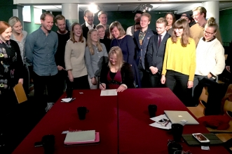 På bilden ser ni SKFM:s språkrör sätta den sista signaturen på avtalet som fastslår deras inträde. Foto: Kewin Erichsen.