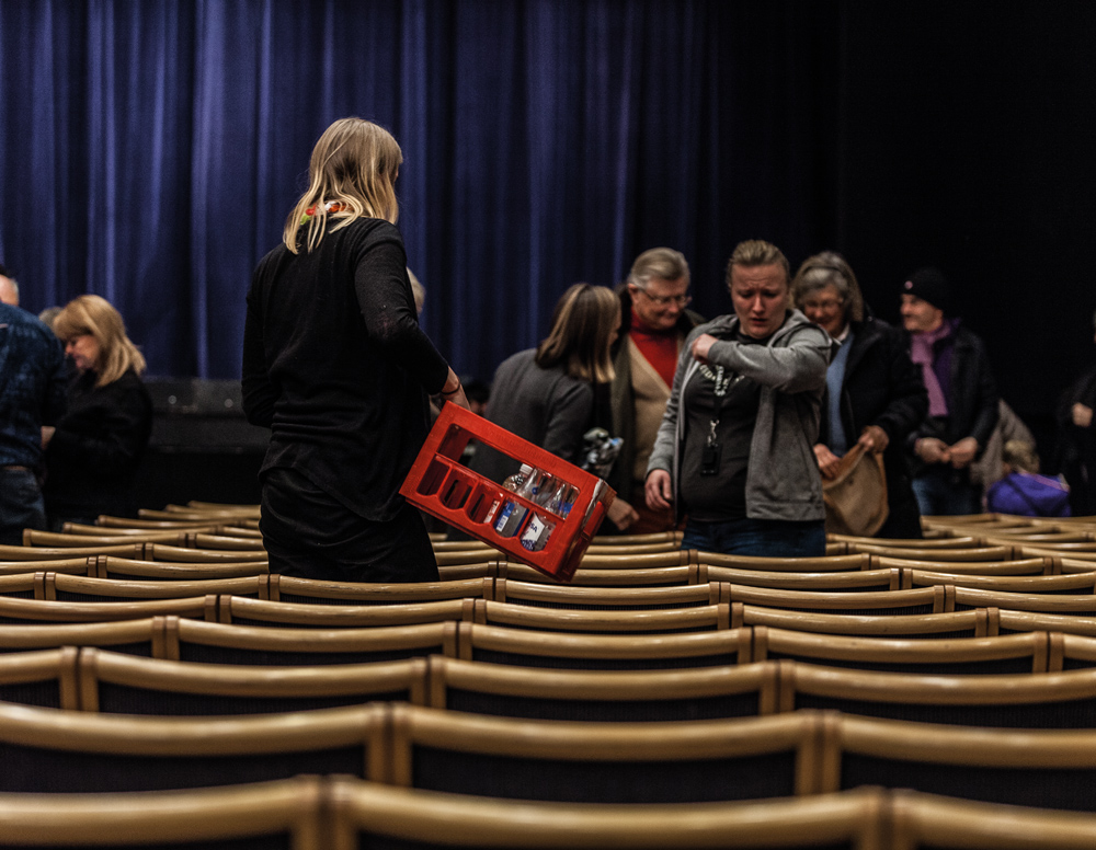 LUNDASPEXARNA. Ridån faller för sista gång. När showen är över plockar ensemblen flaskor och ställer snabbt i ordning stolarna inför nästa föreställning.