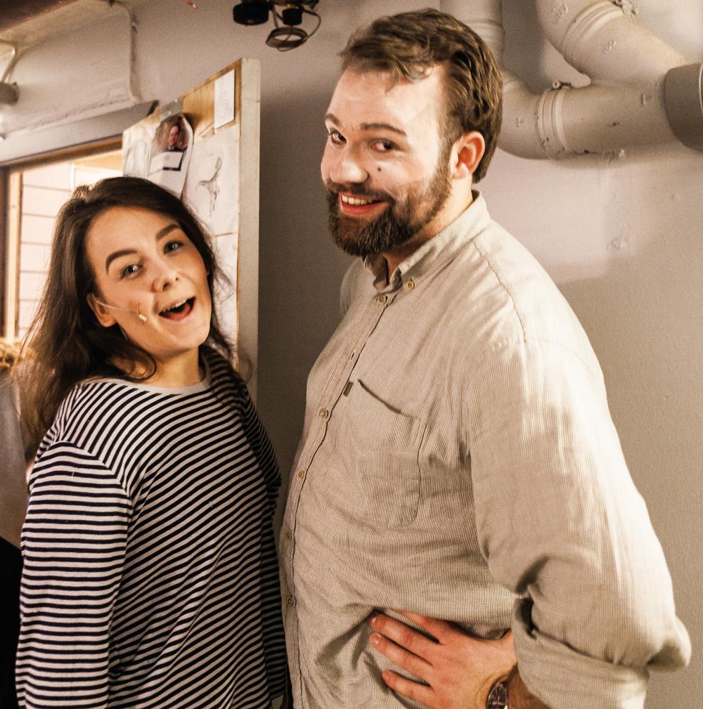 """KRISCHANSTASPEXET. Regissörerna Alva Svenning och Rasmus Trappe är förväntansfulla inför kvällens generalrepetition. """"Man är lite paranoid, publiken skrattar alltid åt andra skämt än förväntat."""""""