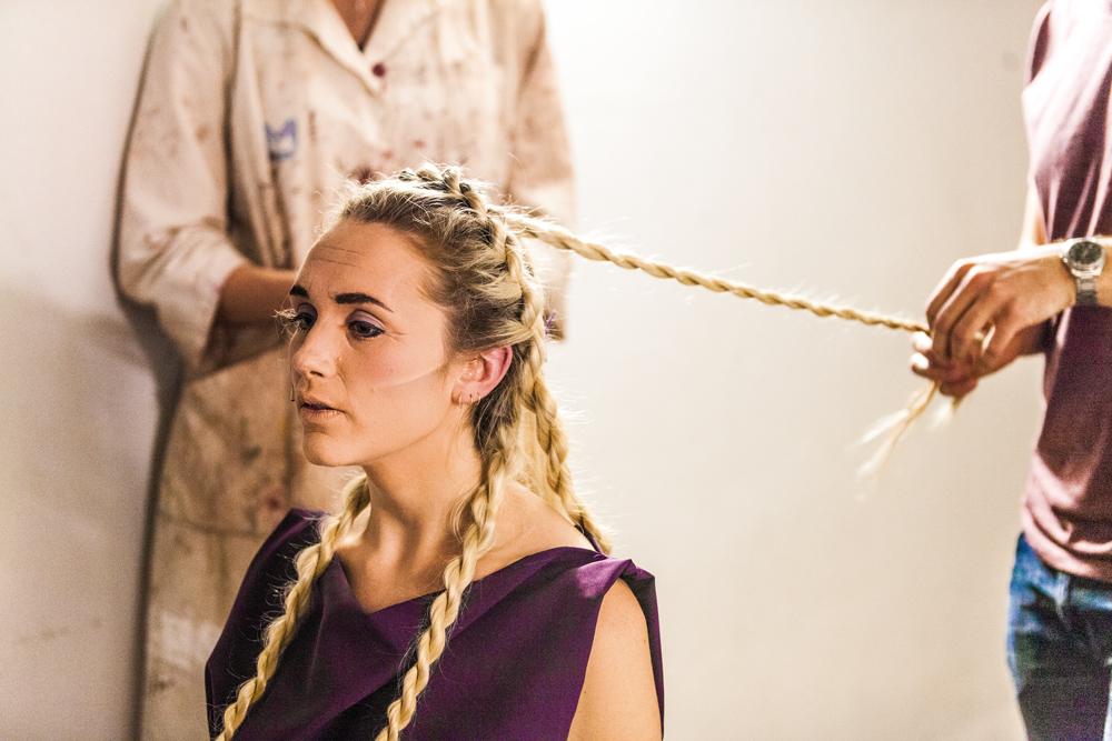 """KRISCHANSTASPEXET. """"Det värsta som kan hända är att Kleopatras näsa ramlar av. Det är jag som har gjort den, så jag hoppas inte det"""", säger Hanna Wånge medan en sista hand läggs vid hennes håruppsättning."""