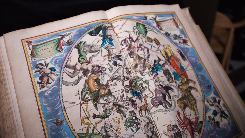 Andreas Cellarius bok Harmonica macrocosmica är en handkollorerad kartografi. Den är med andra ord tryckt i svartvit men sedan färglagd för hand.