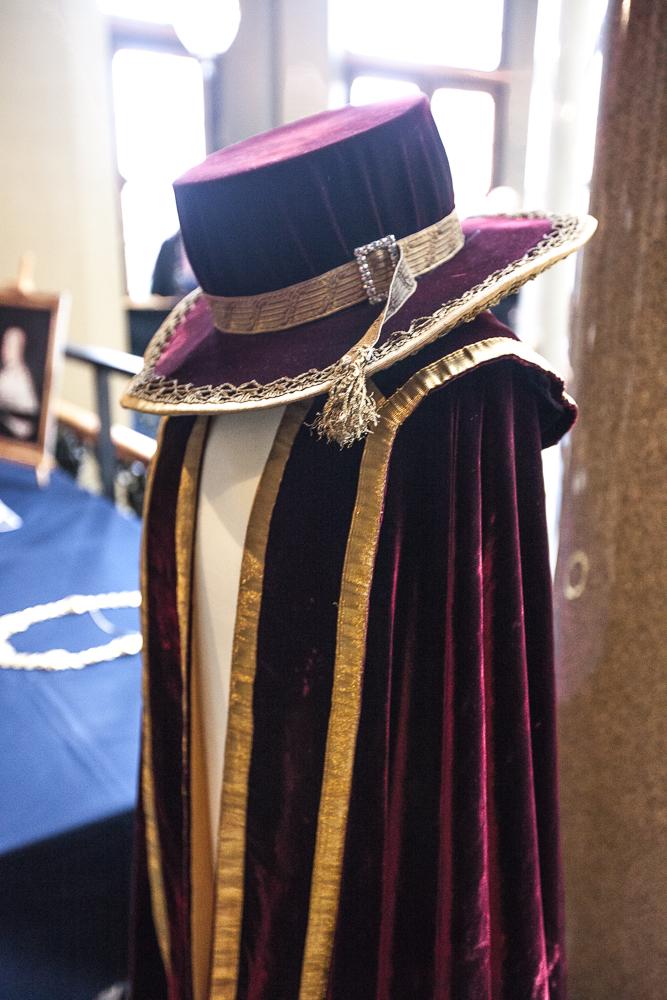 Rektorns dräkt påminner starkt om något från Harry Potter med hatt och cape. Foto: Christina Zhou.