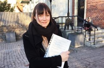 Valberedningens ordförande Therese Whass med protokollet från mötet. Foto: Tindra Englund.