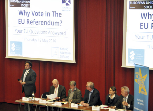 Anthony Salamone (längst till vänster) presenterar debattpanelen som ska svara på publikens frågor om EU-folkomröstningen. Foto: Boel Marcks von Würtemberg.