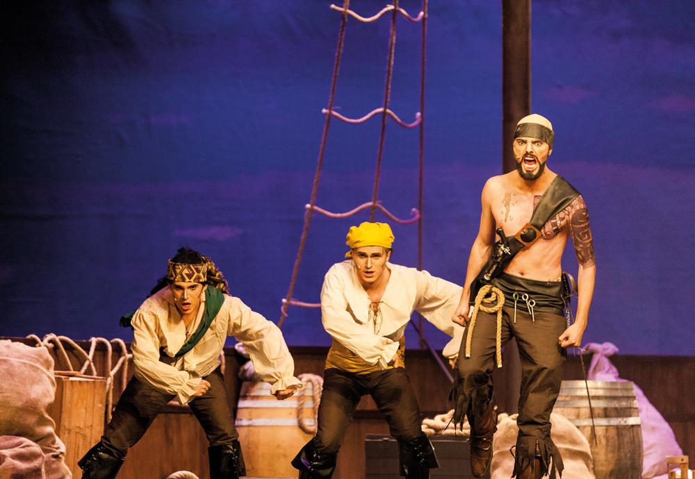 LUNDASPEXARANA. I tredje akten äntrar Styrman med en galen blick scenen. Han livar upp publiken genom att klargöra att det alltid är piska framför morot som gäller på piratskeppet.