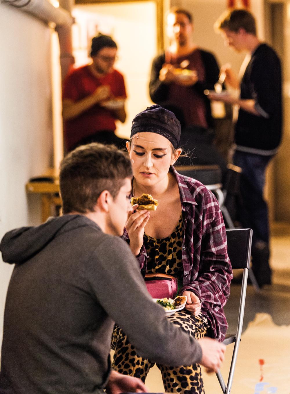 """KRISCHANSTASPEXET. Timmen innan förställning. Bakom scen är stämningen upprymd när """"scenarna"""" äter ett sista mål och tränar dialoger med varandra."""